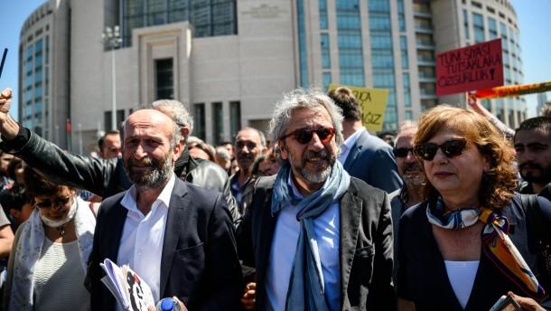 """Ein erstes Urteil gegen den """"Cumhuriyet""""-Chefredakteur Can Dündar"""