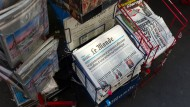 Die französischen Tageszeitungen Le Monde und Libération in einem Zeitungsständer vor einem Kiosk in Paris.