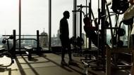 Die Sehnsucht nach Unverwundbarkeit: Manche treibt es in Resilienz-Seminare, andere ins Fitnessstudio.