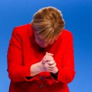 Wie immer: Nach ihrer Rede am Dienstag auf dem CDU-Parteitag in Essen verneigt sich Angela Merkel vor den Delegierten.