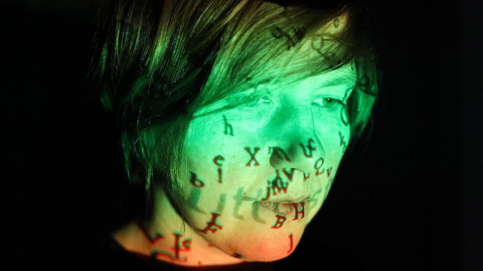 Wiedergängerisches Wortmaterial trifft auf empathische Lieddichterin und erzeugt Reibung: Masha Qrella macht sich was draus.