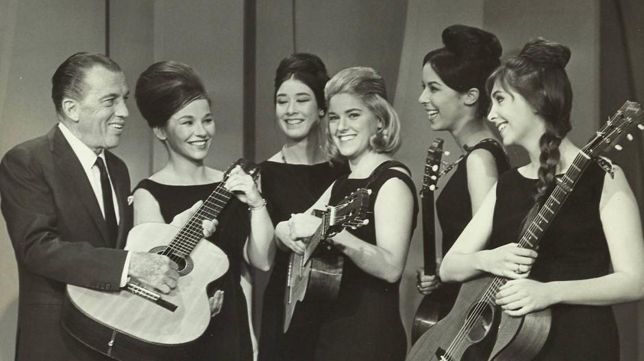 The Womenfolk im Jahr 1965 mit dem Gastgeber in Der Ed Sullivan Show.