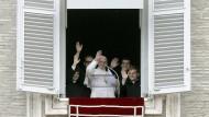 Umgeben von vier neuordinierten Priestern: Papst Franziskus winkt am Sonntag aus einem Fenster des Apostolischen Palastes.