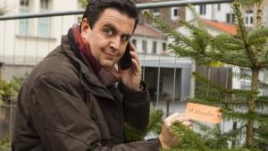 Ein Mann sucht einen Baum