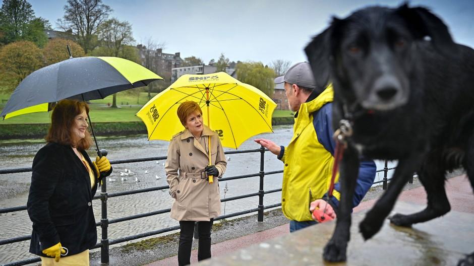 Schottlands Ministerpräsidentin Nicola Sturgeon während des Wahlkampfs in der Stadt Dumfries