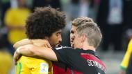 Trost unter Freunden: Thomas Müller und Bastian Schweinsteiger mit ihrem Münchner Vereinskollegen Dante nach der 7:1-Niederlage Brasiliens im Halbfinale der WM 2014