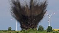 Manchmal ist es sicherer zu sprengen: In der Nähe von Bremen detoniert Ende Juni 2016 eine Fliegerbombe aus dem Zweiten Weltkrieg, die nicht entschärft werden konnte.