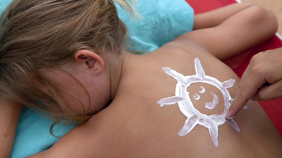 Sonnencreme auf dem Rücken: ein schönes Gefühl