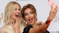 Auf Instagram wird ja täglich ein neuer Wahnsinn ausgebrütet. Man darf also annehmen, dass es ein neuer Trend ist, die Haare der Freundin zu essen – hier beispielhaft demonstriert von Model Monica Ivancan mit Schauspielerin Jana Ina.