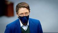 Korrekt mit Maske und doch leicht erkennbar: SPD-Politiker Karl Lauterbach.