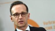 Für Bundesjustizminister Heiko Maas (SPD) das größte Problem: Die Netzwerke nehmen die Beschwerden ihrer eigenen Nutzer nicht ernst genug.