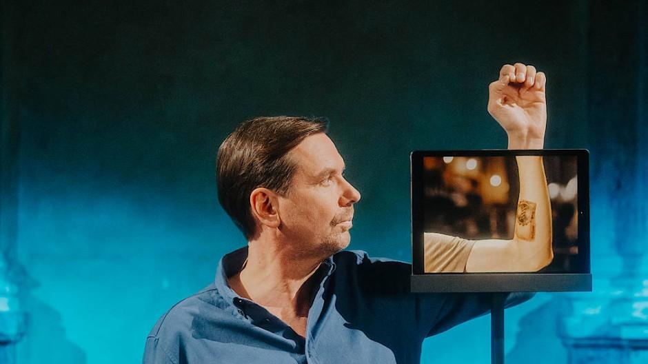 Na bitte, alles bloß Hüllen: Michael Maertens auf der Bühne des Burgtheater-Kasinos in Wien