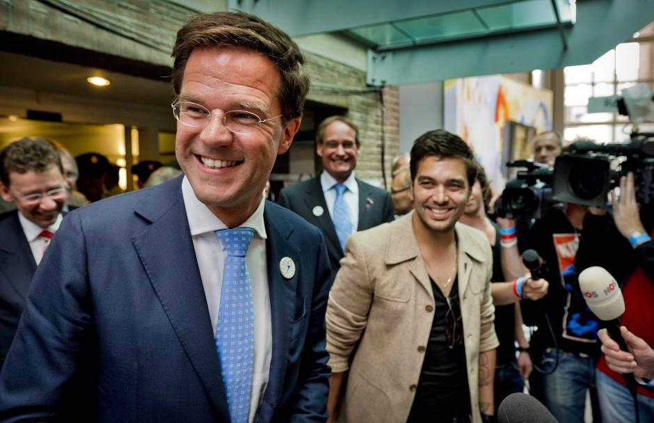 Lächelt die Hochkultur hinweg: Premierminster Mark Rutte mit dem Sänger Waylon bei einem Festival in Wageningen