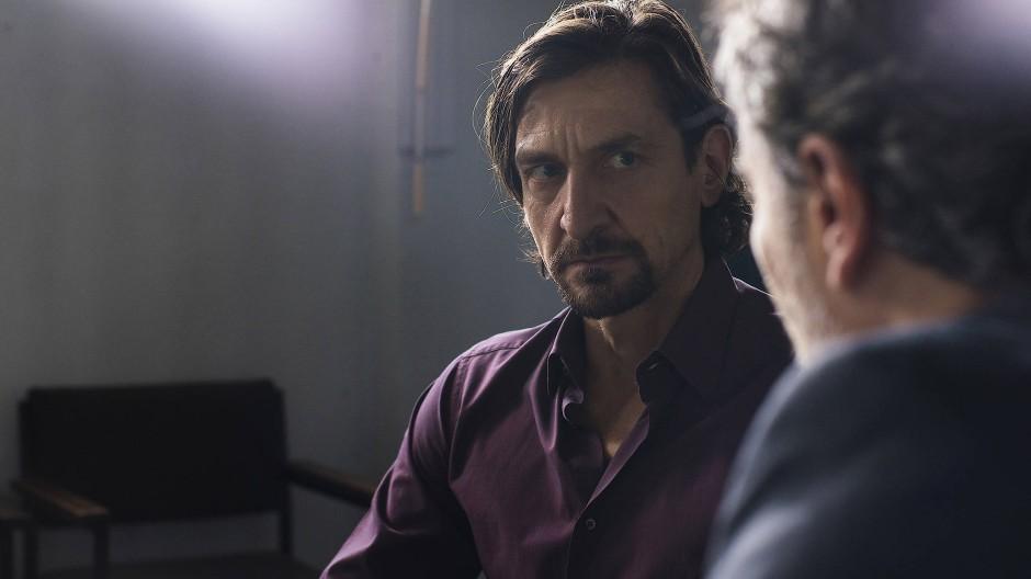 Kronzeuge Russo (Victor Calero) im Gespräch mit dem italienischen Staatsanwalt Di Noto (Paolo Sassanelli).