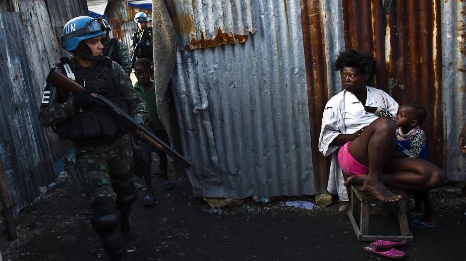 Kommt hier ein Retter der Menschenrechte oder eine Gefahr für Leib und Leben? UN-Blauhelmsoldat im haitianischen Elendsviertel Cité Soleil