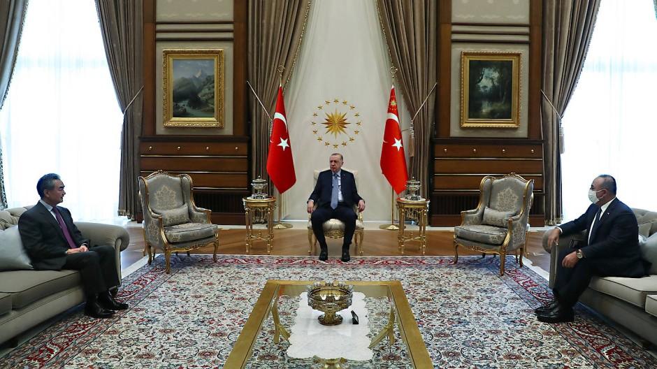 Um den Besuch des chinesischen Außenministers bei Präsident Erdogan nicht durch Proteste zu stören, wurde ein Oppositionspolitiker per Corona-App zum Infizierten erklärt und unter Hausarrest gestellt.
