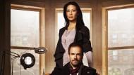 """Watson wird weiblich, Sherlock wohnt in New York – Lucy Liu und Jonny Lee Miller in der Serie """"Elementary""""."""