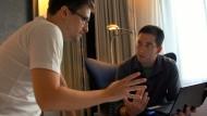 """Die """"Truther"""" zweifeln an seinen Aussagen und Enthüllungen: Edward Snowden (l.) im Gespräch mit dem Journalisten Glenn Greenwald."""