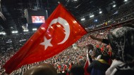 Allgegenwärtig: Fahnen der Türkei werden geschwenkt, während Ministerpräsident Recep Tayip Erdogan in der Kölner Lanxess-Arena spricht (Archivbild)