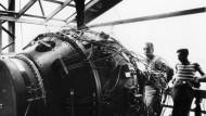 """Ihren Schrecken kannten sie noch nicht: """"Fat Man"""", die über Nagasaki abgeworfene Plutoniumbombe, auf dem Testgelände in Alamagordo in New Mexico."""