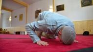 Zum Islam gefunden: Ein Konvertit betet in Lüchow in der neuen Moschee im alten Bahnhof.