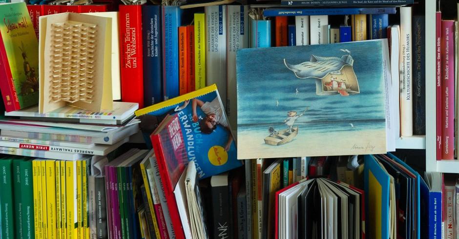 Eines der Kinderbuchregale von Gundel Mattenklott.