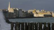 Deutscher Nazi-Grusel verbindet sich im Roman mit einem pittoresken französischen Schauplatz: Saint-Malo an der bretonischen Küste