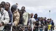 Ende Mai vor Lampedusa: Flüchtlinge warten darauf, ein Schiff der italienischen Küstenwache verlassen zu können.