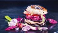 """Rote Bete, rote Bohnen, rote Zwiebel: Alain Passard, der Weltstar der Gemüseküche, hat einen """"Purpur-Burger"""" zur Auswahl von Thérèse Rocher beigetragen."""