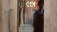 Von draußen rein: Daniel Patterson spiegelt sich in der Tür seines Restaurants
