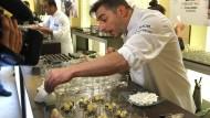 Sogar die Düfte berühmter Parfüms hat er schon in Desserts umgesetzt: Jordi Roca bei der Arbeit.