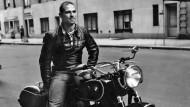 Der junge aufstrebende Neurologe Oliver Sacks 1961 in Greenwich Village auf seiner geliebten BMW R60