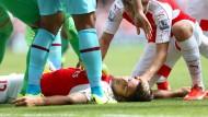 So friedlich, als schliefe er nur – oder ist er doch vielleicht tot? Arsenal-Spieler Olivier Giroud hat diese Kollision zum Glück überlebt.