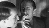 """Vladimir Horowitz (rechts) und Nico Kaufmann in der Schweiz. Das Bild muss ca. 1937 entstanden sein. Lea Singer schildert im Roman """"Der Klavierschüler"""" die Liebesbeziehung der beiden Männer."""