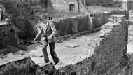 Balanceakt auf Kriegsruinen: Szene aus dem Londoner Stadtteil Moorgate, aufgenommen von Edith Tudor-Hart im Jahr 1946
