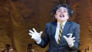 Mitreißender Humor, tiefe Melancholie: Die Uraufführung im Schauspielhaus Hamburg entpuppt sich als leichtgängiges Defilee vor Karl Valentin.