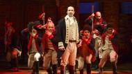 """Niederträchtige Anspielungen auf die Herkunft des Präsidenten sind nicht rein zufällig: Lin-Manuel Miranda im Vordergrund in der Titelrolle von """"Hamilton""""."""