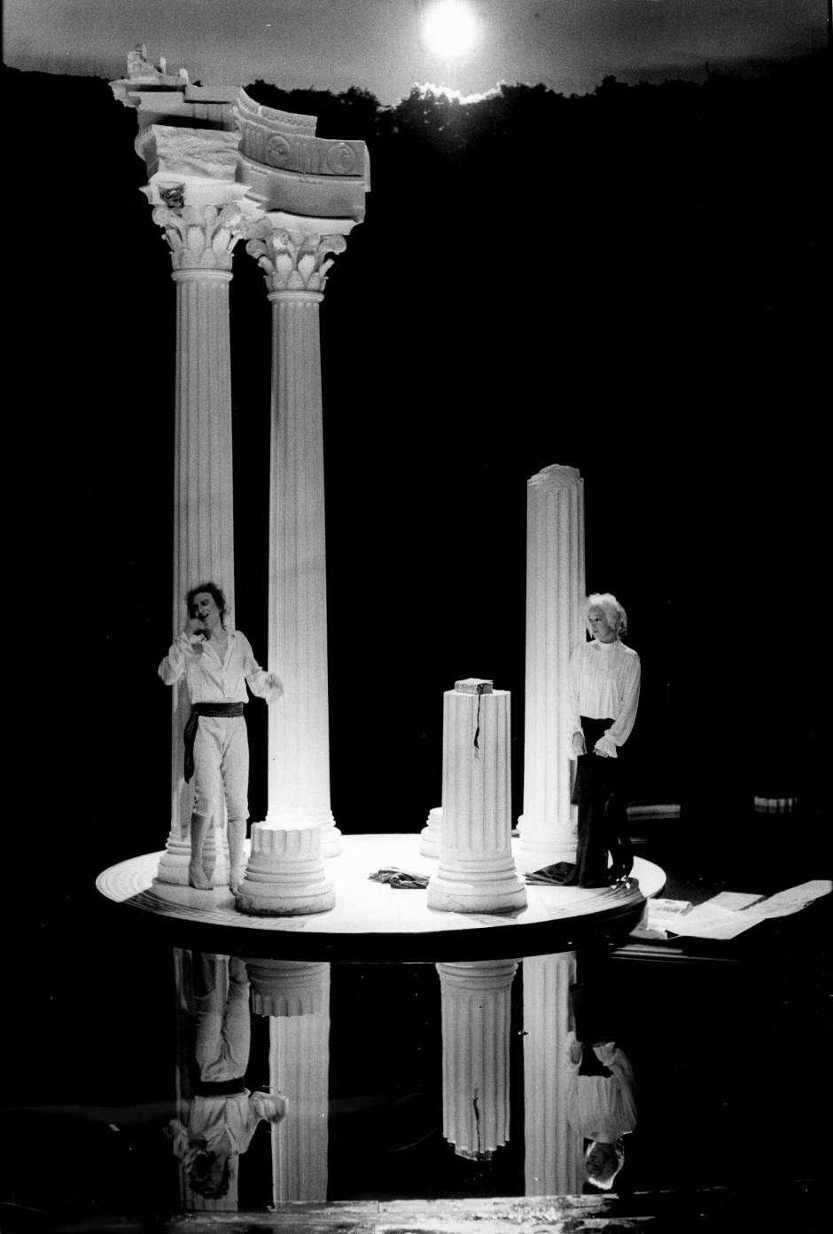 """Im perfekten Paradies: Für das Marivaux-Stück """"Der Triumph der Liebe"""" hat Karl-Ernst Herrmann 1985 den Tempel von Delphi auf ein Inselchen im Teich gesetzt."""