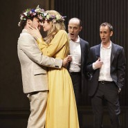 Orpheus (Marc Mauillon) herzt seine Braut Eurydike (Sofie Lund-Tonnesen)