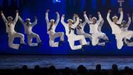 """Vergnügte Matrosendarsteller geben eine Kostprobe des Musicals """"On the Town"""" bei der Verleihung der Tony Awards."""
