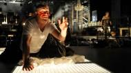 Getretener Quark wird breit, nicht stark, das gilt auch für Kunstblut: Simon Neal meistert seine sängerische Aufgabe trotzdem mit Bravour