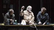 """Sein oder nicht sein - die Frage stellen sich diesmal andere. Frei nach Shakespeare wartet der modernisierte """"Hamlet"""" von Glyndebourne mit Spießgesellen und Familienzerwürfnissen auf. Im Bild: Horatio (Jacques Imbrailo), Gravedigger (John Tomlinson) and Hamlet (Allan Clayton)."""