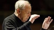 Ohne Taktstock, aber mit viel Verständnis für die Persönlichkeit des einzelnen Musikers: Pierre Boulez als Dirigent.
