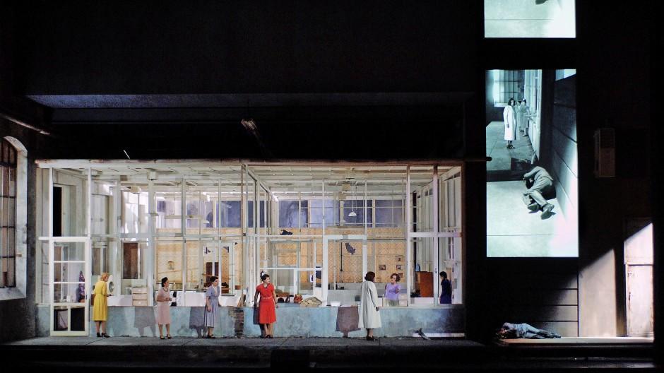 """Eine für alles: """"Ariane et Barbe-Bleue"""", 2007 an der Opéra national de Paris herausgekommen. Regie, Bühne und Kostüme: Anna Viebrock"""