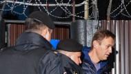 Der russische Korruptionsentlarver Alexej Nawalnyj wird im September 2018 von Polizisten abgeführt.