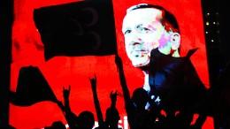 Türkiye'de sokağın diplomasisi: Portakal bıçaklamak, kola idam etmek