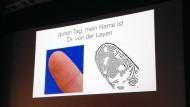 Der Fingerabdruck der Verteidigungsministerin: Jan Krisslers Präsentation beim 31. Chaos Communication Congress