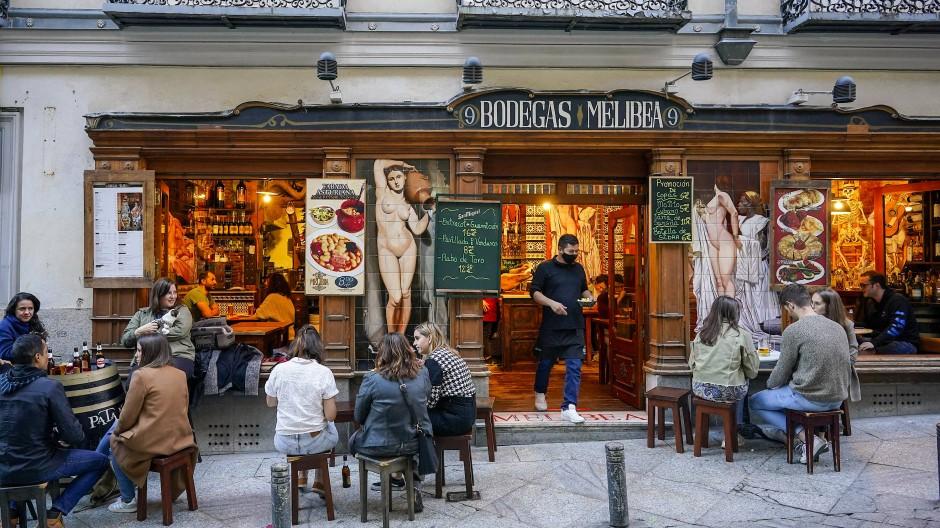 Wer ein Glas vor sich stehen hat, darf fast alles: Tapas-Bar in der Madrider Aldstadt, April 2021