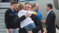 Wenn Familien wiedervereint werden: Ein ukrainischer Seemann begrüßt seinen Sohn, nachdem er im Rahmen des Gefangenenaustausches mit Russland freigelassen wurde.
