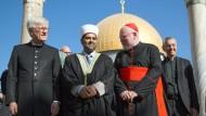 Landesbischof Heinrich Bedford-Strohm (links) und Kardinal Reinhard Marx (Zweiter v.r.) lassen sich 2016 von Scheich Omar Awadallah Kiswani auf dem Tempelberg führen. Beide verzichteten auf das Tragen ihres Amtskreuzes – auf Bitten der muslimischen und jüdischen Zuständigen.